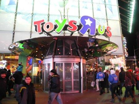 Toys 'R' Us extends hours for last-minute shoppers